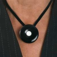Rouwknoop onyx gedragen als hanger aan fluwelen band