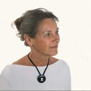 Vrouw draagt Rouwknoop onyx als hanger.